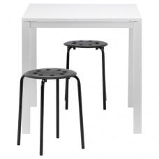 طاولة ومقعدين, أبيض, أسود