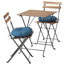 طاولة وكرسيان