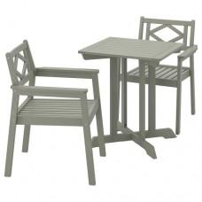 طاولة وكرسيان بمقابض