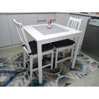 طاولة لون أبيض + كرسيين خشب